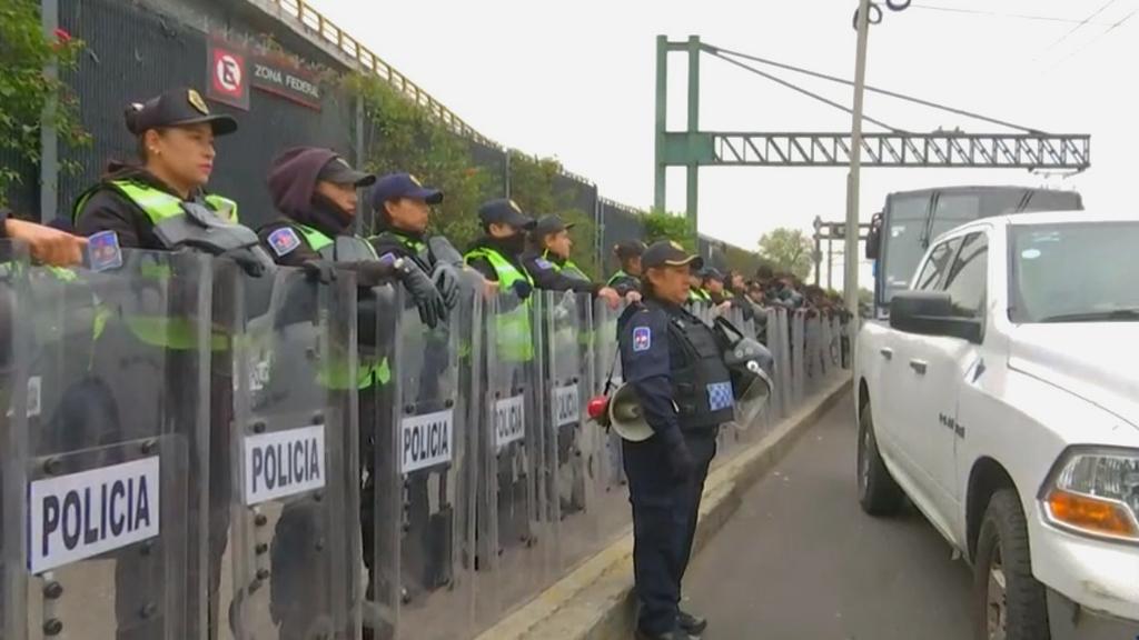 Ex policías federales liberan Base Contel; SSC mantiene operativo en AICM - Policías de la SSC-CDMX en inmediaciones del AICM. Captura de pantalla