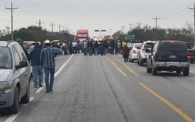 Campesinos bloquean la Victoria-Matamoros en Tamaulipas - Tamaulipas Campesinos bloqueo carretera
