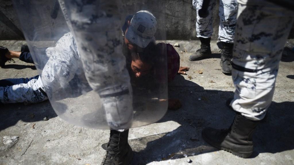 CEM pide a autoridades mexicanas respetar dignidad de migrantes - Un miembro de la GN trata de detener a un migrante que trataba de cruzar el río Suchiate hacia México este lunes, en el paso fronterizo de Tecún Umán, Guatemala. Foto de EFE