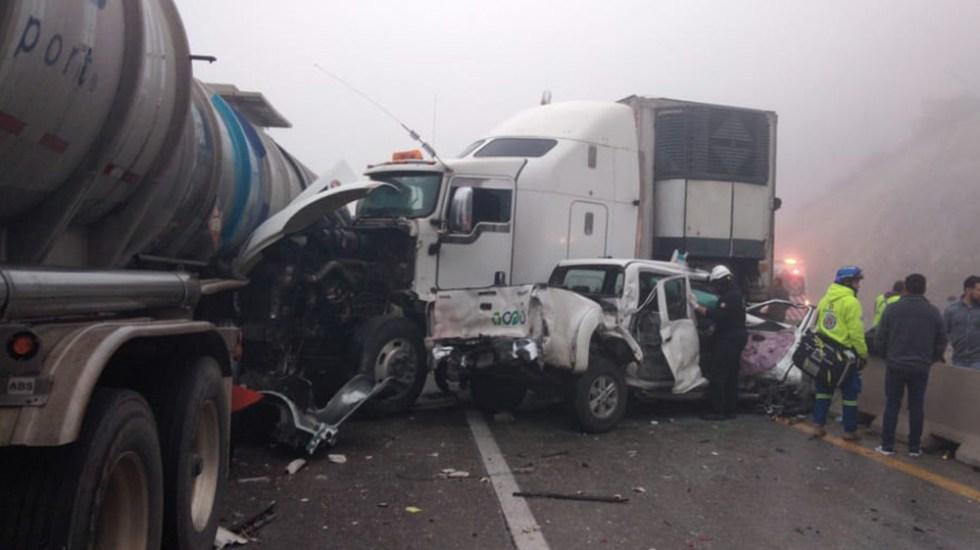 Continúa cerrada la autopista Monterrey-Saltillo por carambola - Un tráiler volcó, chocó a otro, y causó una carambola de 15 autos sobre la autopista Monterrey-Satillo. Foto de @PC_NuevoLeon