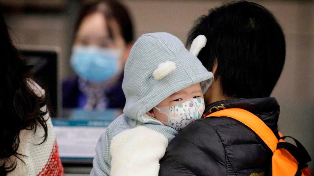Se eleva a 26 el número de muertos por nuevo coronavirus en China - Uso de cubrebocas para prevenir contagios de nuevo coronavirus. Foto de EFE