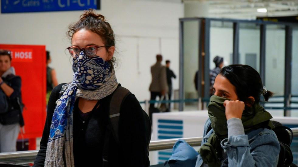 Guatemala prohíbe ingreso de personas procedentes de China por coronavirus - Viajeros se cubren boca y nariz para evitar coronavirus. Foto de EFE