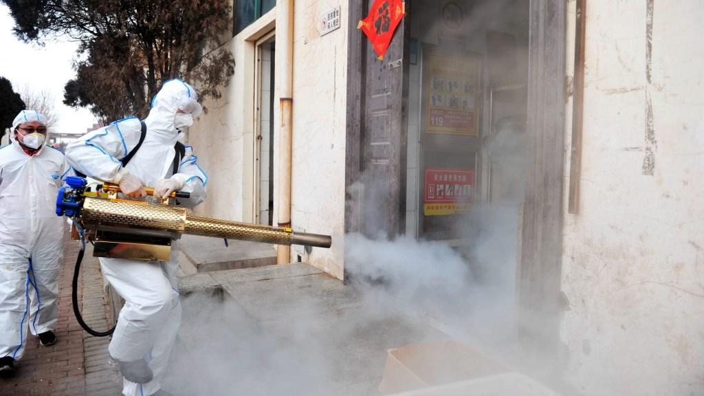 Director general de la OMS y Xi Jinping debaten lucha contra el coronavirus - Voluntarios desinfectan las calles de China, para evitar la propagación del nuevo coronavirus. Foto de EFE