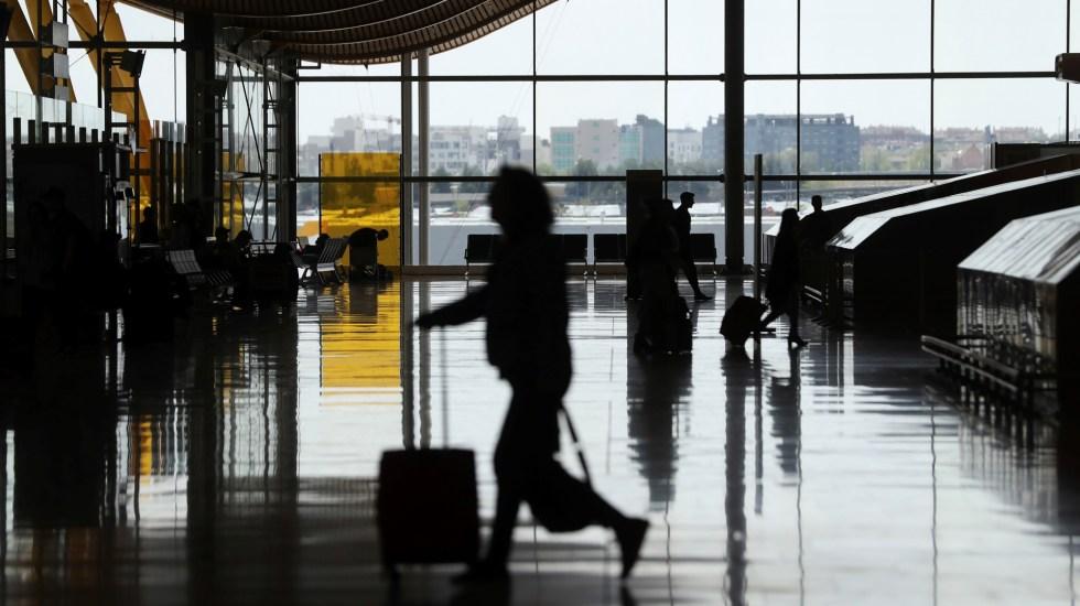 Dron interrumpe operaciones en aeropuerto de Madrid por más de una hora - Movimiento de viajeros en el aeropuerto de Madrid-Barajas Adolfo Suárez. Foto de EFE
