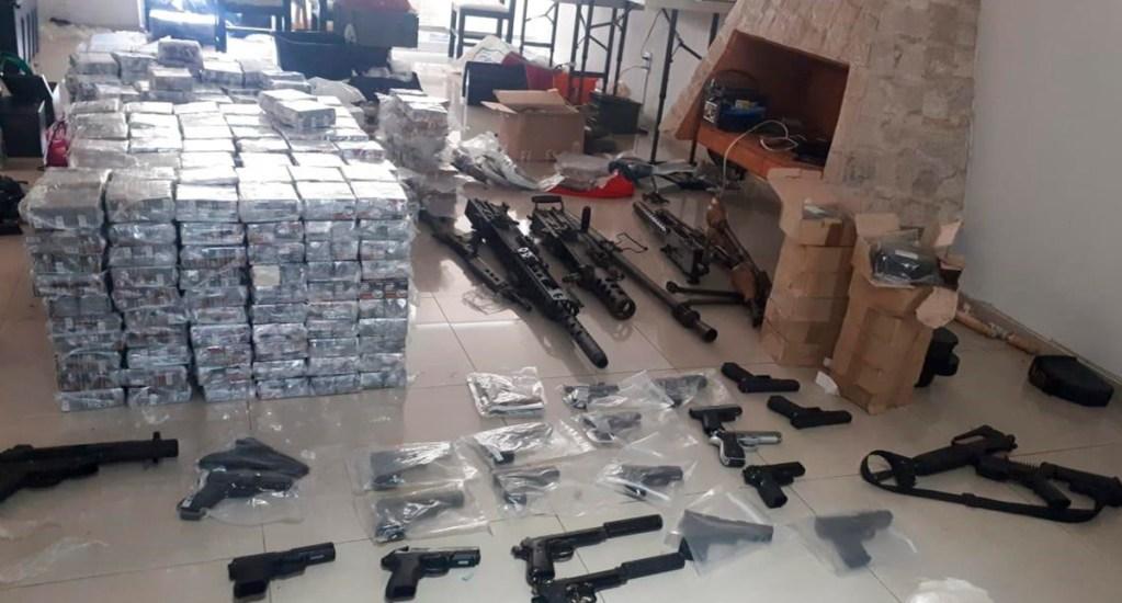 Vinculan a proceso a mujer detenida en posesión de 11 rifles - Arsenal decomisado a mujer en la GAM. Foto de FGR