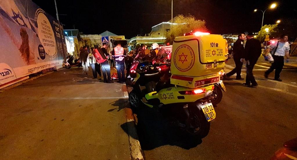 Conductor atropella en Jerusalén a 12 soldados y dos personas - Atención de personas atropelladas en Jerusalén. Foto de @Mdais
