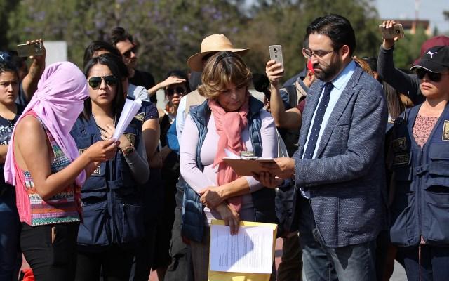 UNAM recibe pliego petitorio de alumnos y firma carta de no represalias - Autoridades de la UNAM con alumnos que se manifestaron en CU el 11 de febrero. Foto de Notimex