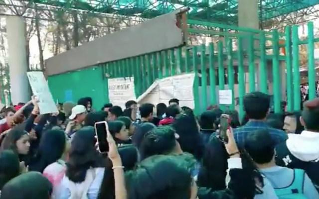 Alumnos encapuchados se manifiestan en el Bachilleres 6; piden destitución de la directora - Los inconformes rompieron vidrios de la dirección y de algunos salones, posteriormente quemaron cartulinas afuera del plantel