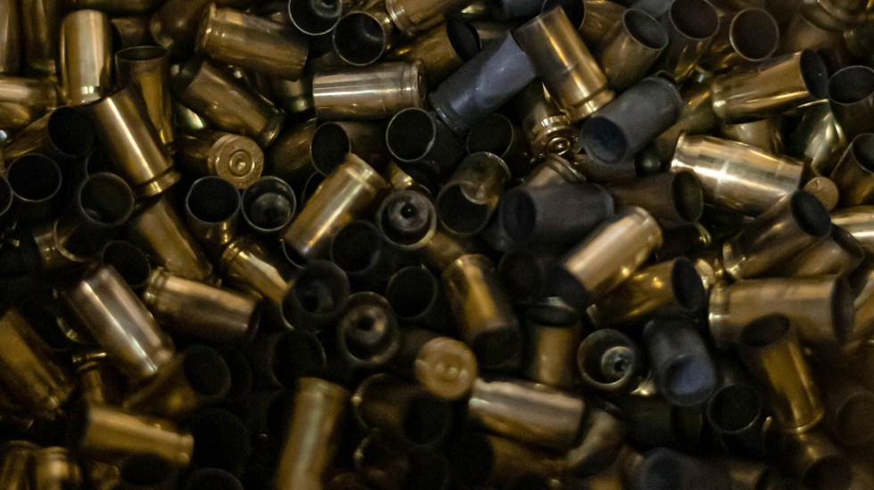 Suman 61 mil 330 homicidios dolosos en lo que va del sexenio de AMLO - Casquillos, balas. Foto de Sophia Müller / Unsplash