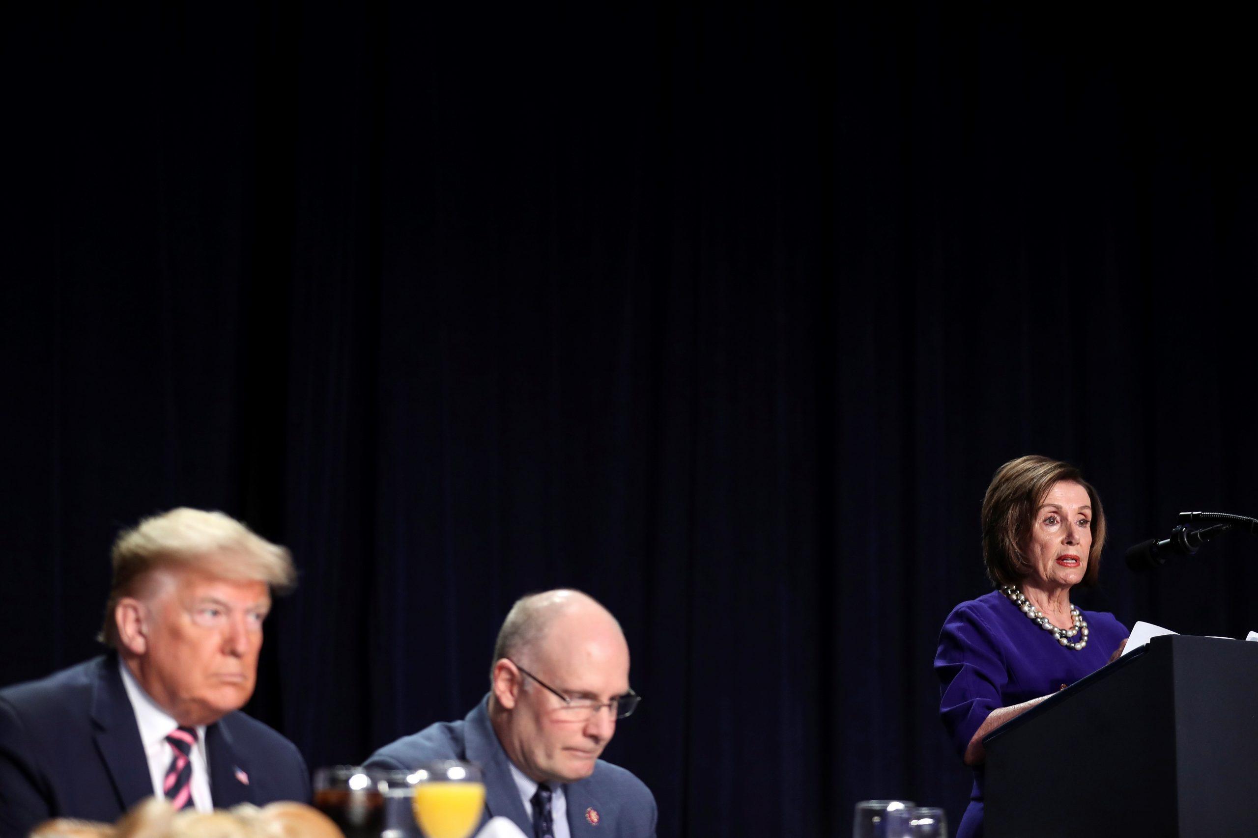 Donald J. Trump escucha a la presidenta de la Cámara de Representantes, Nancy Pelosi, durante el 68º Desayuno Anual de Oración Nacional en Washington, DC, EE. UU. Foto de EFE/EPA/Oliver Contreras.