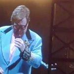 #Video Elton John suspende concierto por neumonía