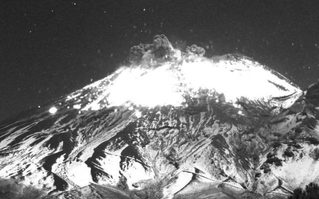 #Video Explosión del Popocatépetl lanzó material incandescente este lunes - Explosión de material incandescente del Popocatépetl de este lunes