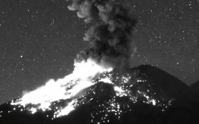 #Video Popocatépetl lanza fragmentos incandescentes en explosión - Explosión del Popocatépetl a las 00:44 h del 23 de febrero. Captura de pantalla
