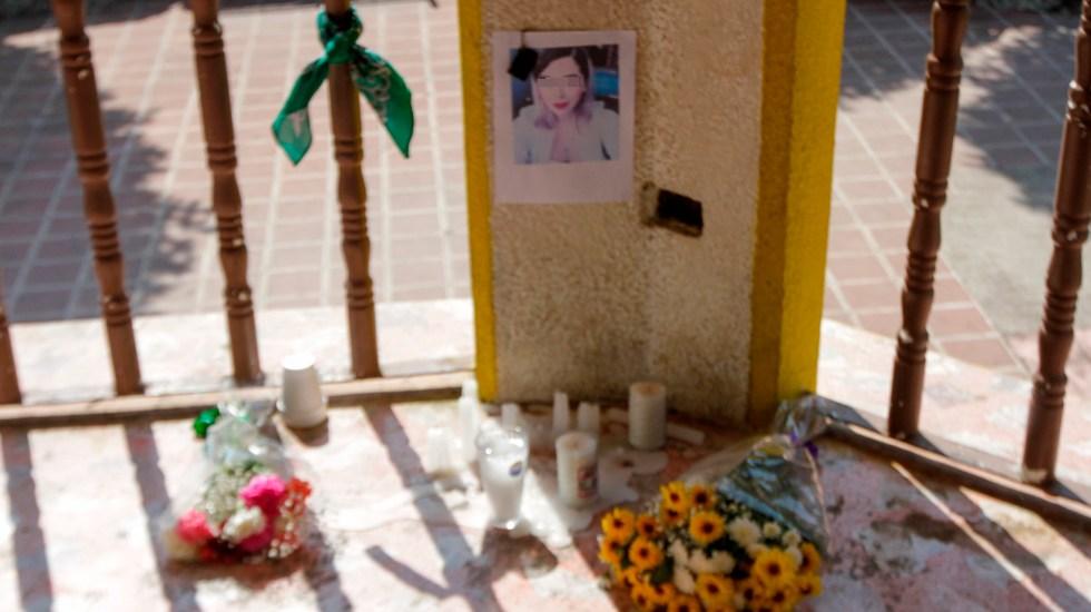 CNDH repudia filtración de fotos de Ingrid Escamilla - Flores y velas en honor a Ingrid Escamilla en su natal Puebla. Foto de Notimex