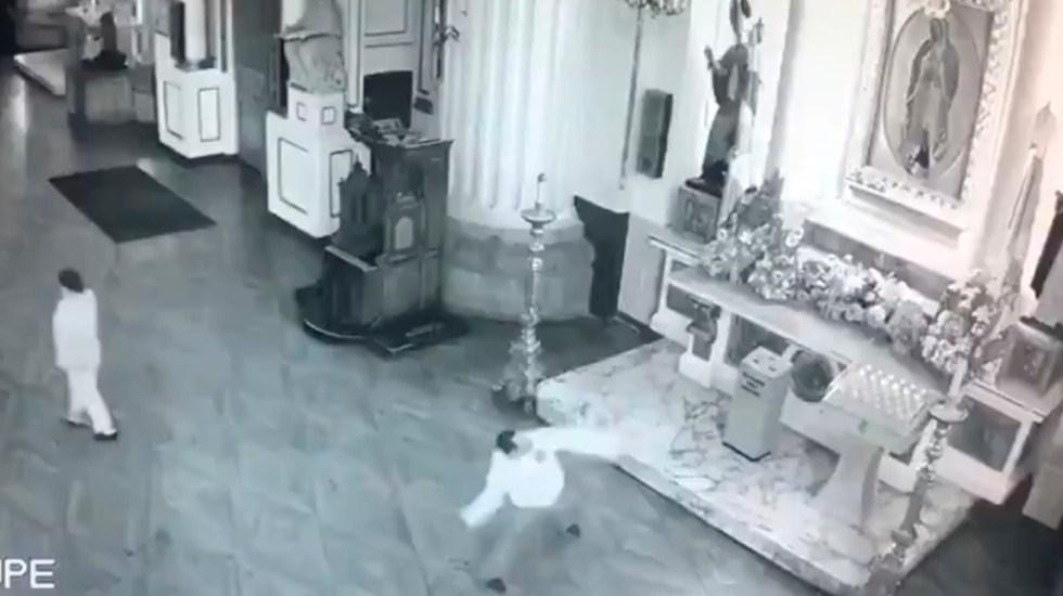 #Video Hombre apedrea imagen de la Virgen en Catedral de Guadalajara - Hombre arroja piedras al cuadro de la virgen de Guadalupe en Catedral de Gdl. Captura de pantalla