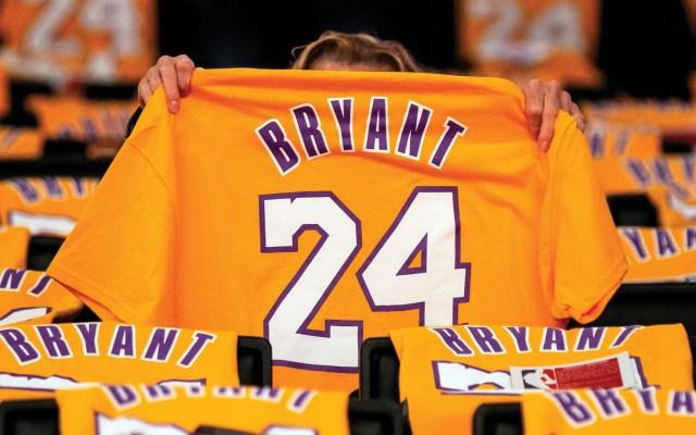Subastarán artículos de Kobe Bryant en Beverly Hills - Fan de Kobe Bryant con camiseta con el número 24 que portó con los Lakers de Los Ángeles. Foto de EFE