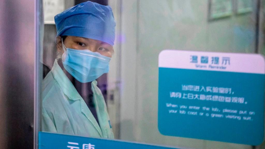 Suman dos mil 118 muertos por Covid-19 en China - Médica de China. Foto de EFE