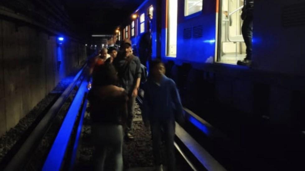Usuarios del Metro desalojan convoy por falla eléctrica - Foto de @giodrivetteran