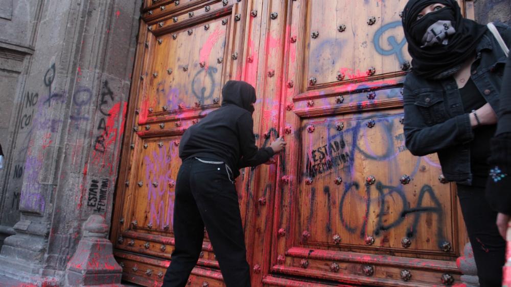 Que no pinten puertas ni paredes en marchas, pide López Obrador a colectivos feministas - Foto de Notimex