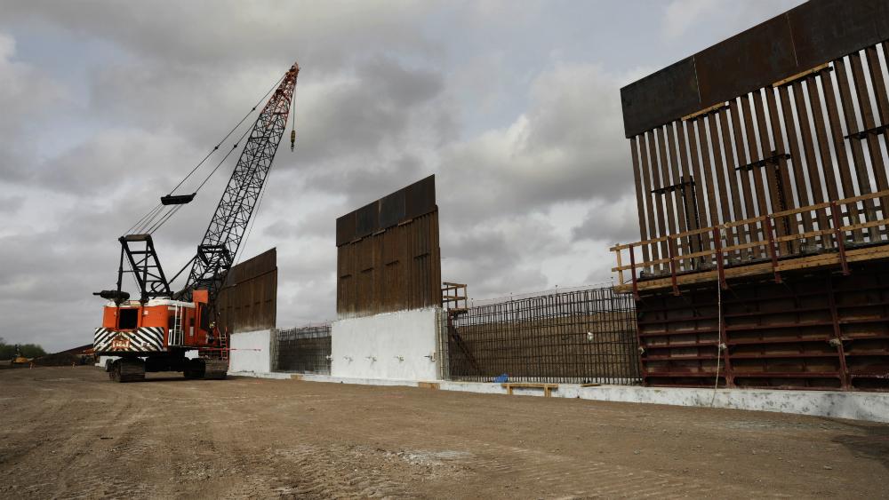 Pentágono desvía más de tres mil millones de dólares para muro fronterizo - Construcción del muro fronterizo de EE.UU. con México. Foto de CBP