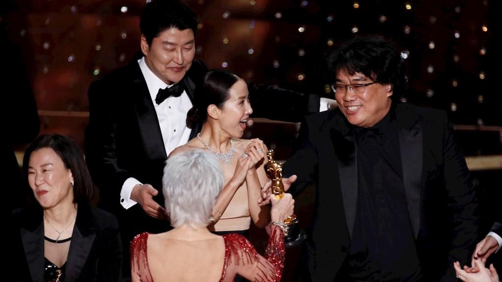 Histórico: 'Parasite', la primera cinta de habla no inglesa en ganar el Óscar a Mejor Película - El director y el elenco de 'Parasite' recibiendo el Óscar a Mejor Película. Foto de EFE/EPA/ETIENNE LAURENT.