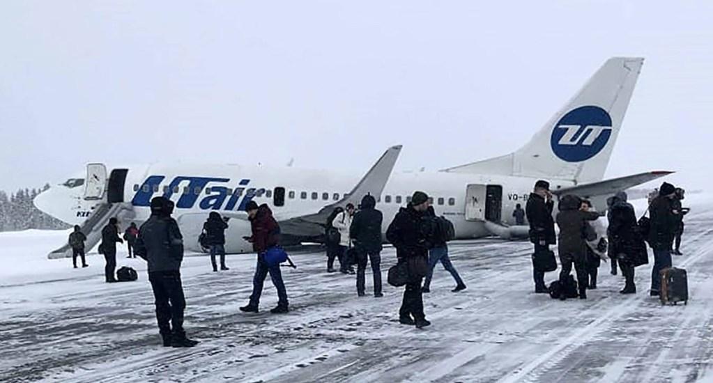 #Video Falla provoca aterrizaje de emergencia en Rusia - Pasajeros evacuados del Boeing 737 en el Aeropuerto de Usinsk, Rusia. Foto de TASS