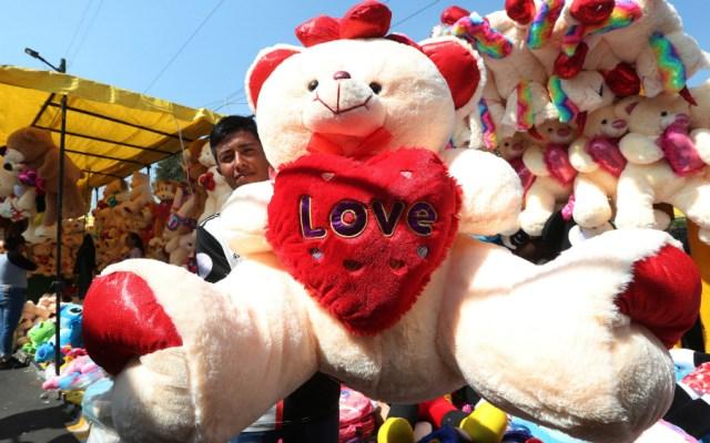México se alista para un San Valentín con regalos y conjuros pese a la crisis - Foto de EFE