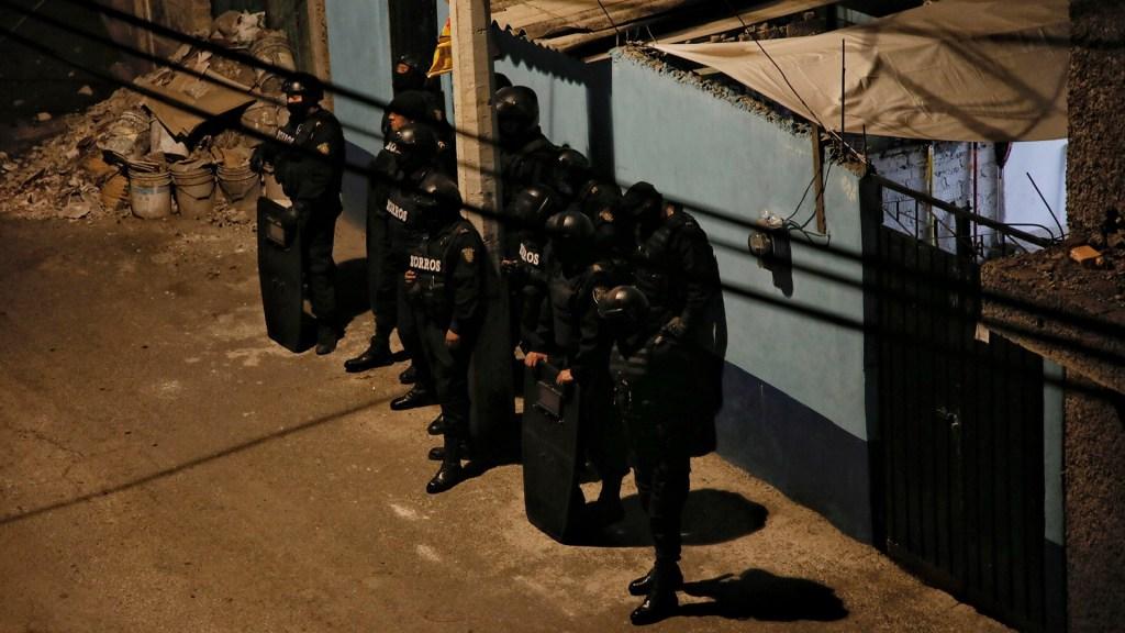 Identifican a mujer que se llevó a Fátima; realizan operativo en la casa donde estuvo la menor - Policías capitalinos afuera de casa donde presuntamente Fátima estuvo retenida. Foto de Notimex