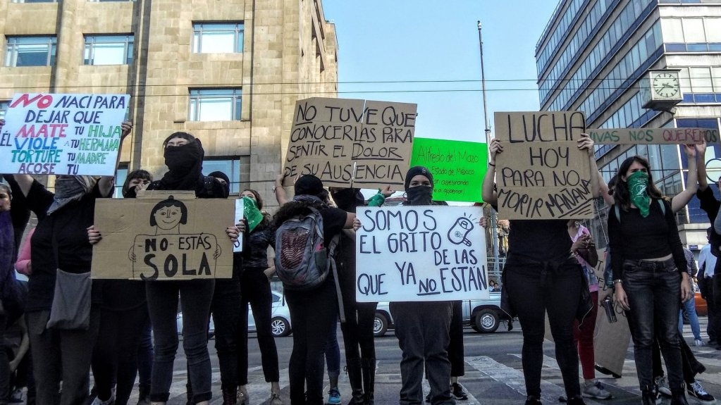 En protesta, feministas realizan bloqueos intermitentes en Eje Central y Avenida Juárez - Así la protesta de colectivos feministas en Eje Central. Foto de @abismada_