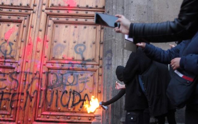 """Los 10 puntos de López Obrador contra el feminicidio - Un grupo de feministas protesta, bajo la consigna """"México Feminicida"""", frente a Palacio Nacional. Foto de Notimex-Susana Gil."""