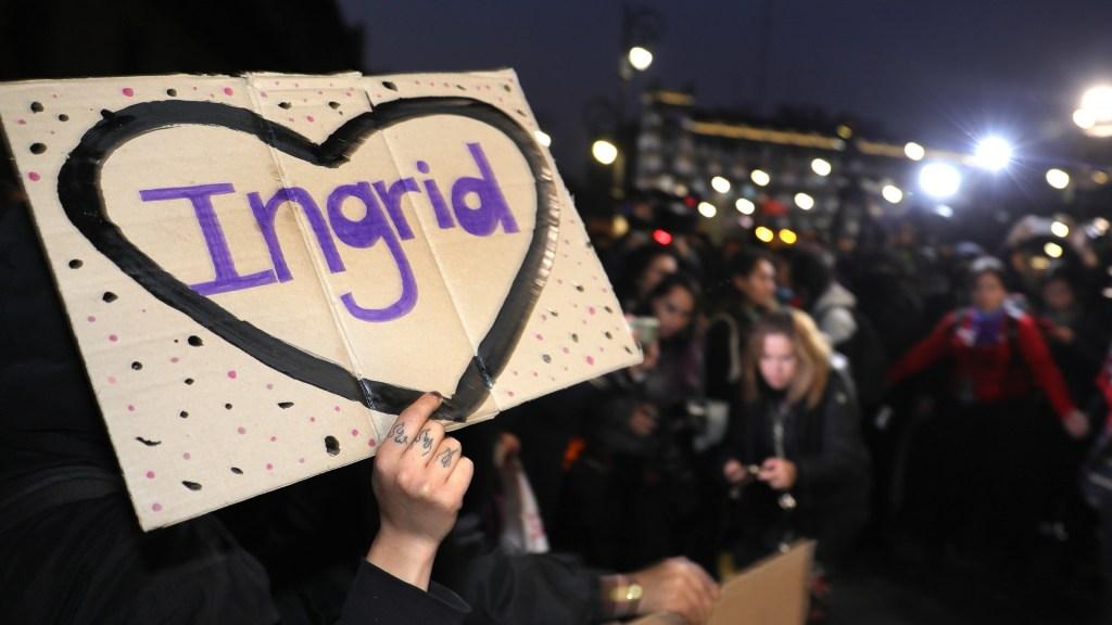 Aprueba Congreso de la Ciudad de México 'Ley Ingrid'; castigarán a funcionarios que difundan imágenes de víctimas de delitos - Protesta por el feminicidio de Ingrid Escamilla frente a Palacio Nacional. Foto de EFE
