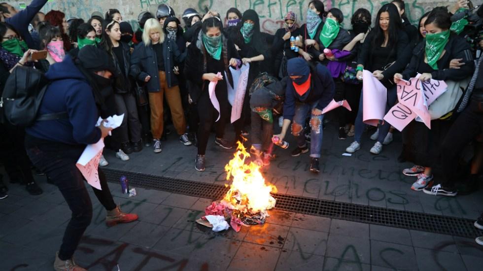 """""""López Obrador feminicida"""", gritan mujeres desde Palacio Nacional - Foto de EFE"""