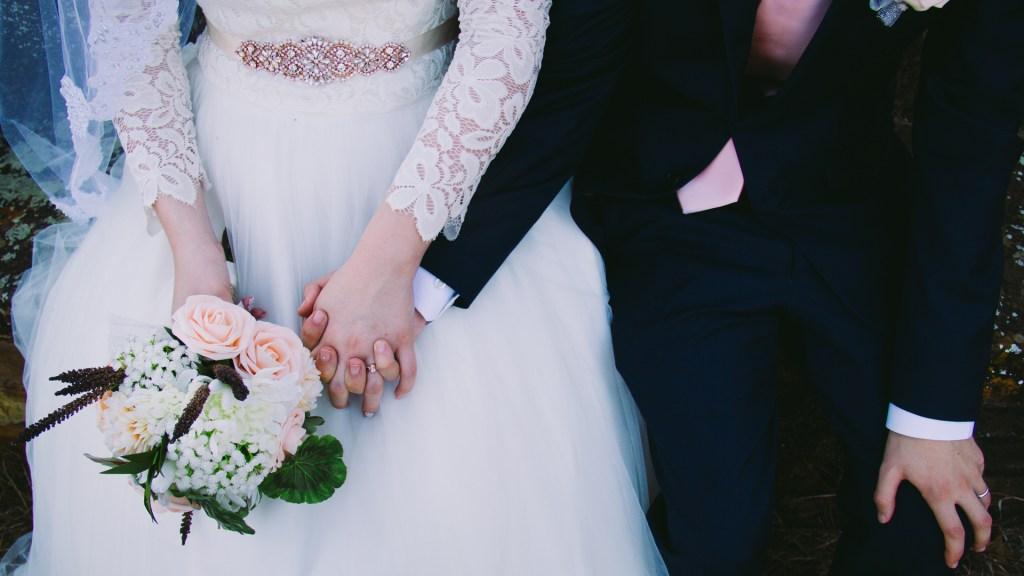 Disminuyen los matrimonios y aumentan los divorcios en México - Recién casados. Foto de Cassidy Rowell / Unsplash