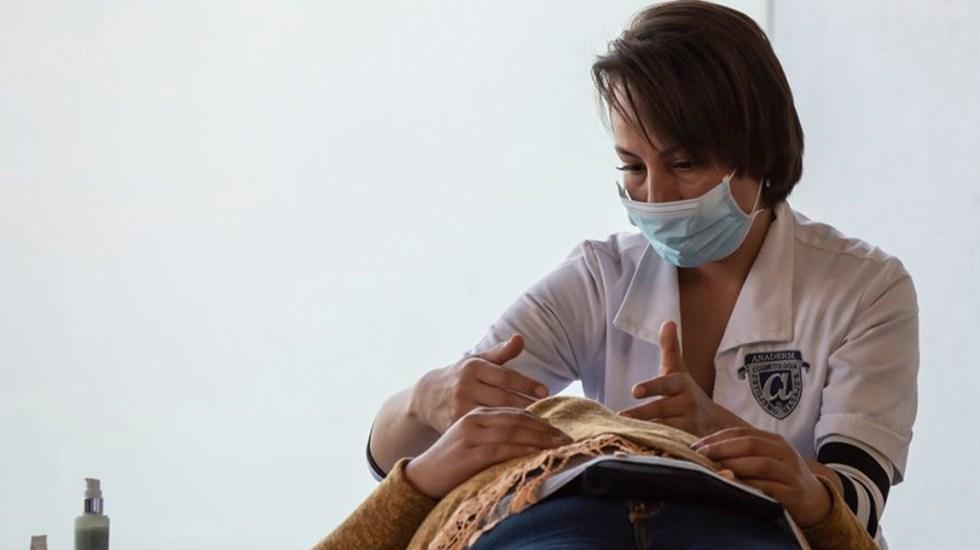 Ninguna mujer con cáncer se quedará sin atención, asegura gobierno tras rompimiento con Fucam - Revisión de mamas. Foto de @FUCAM.CM