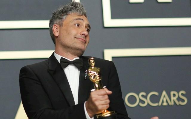 #Video Taika Waititi esconde su Óscar debajo de un asiento - Taika Waititi premios Óscar