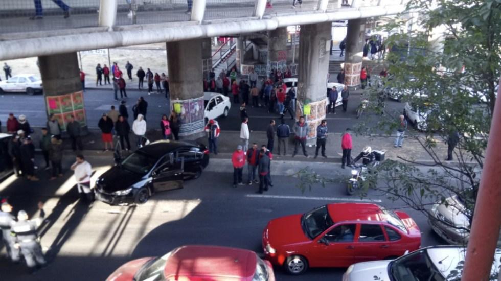 Taxistas bloquean avenida Central, en Ciudad Nezahualcóyotl - Foto de @Job_Ayax