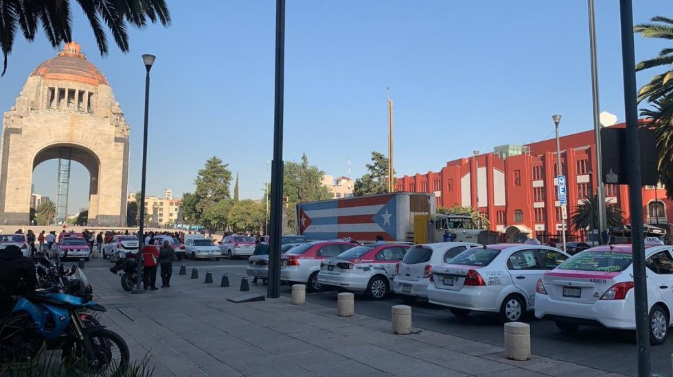 Taxistas arriban al Monumento a la Revolución - Taxistas concentrados en el Monumento a la Revolución. Foto de @vialhermes