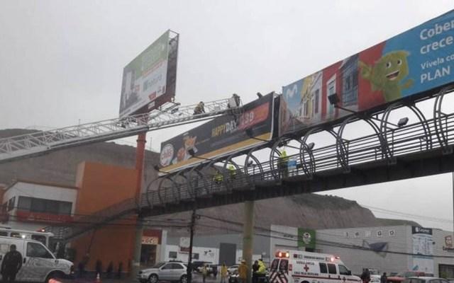 Bomberos rescatan a joven que intentó lanzarse de puente en Tijuana - Tijuana hombre puente intento se suicidio