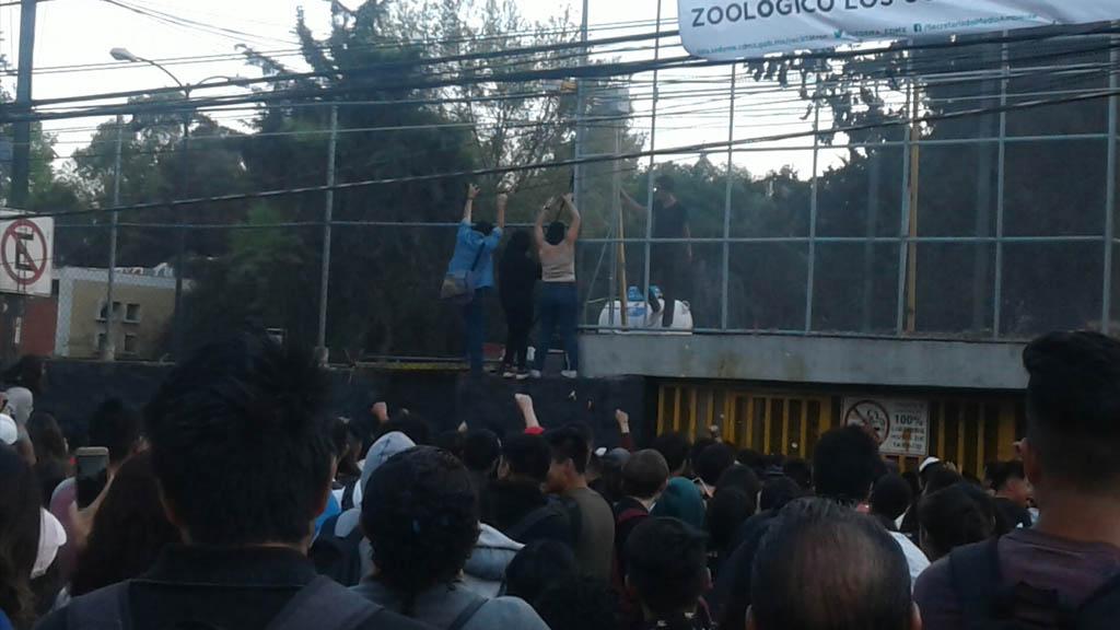 UNAM ordena desalojo en la Prepa 5 tras actos violentos de encapuchados - unam protesta encapuchados tensión Prepa 5