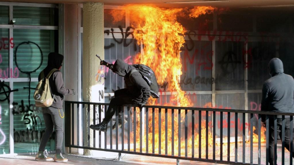 #Video Encapuchados incendian y vandalizan la Torre de Rectoría de la UNAM - UNAM rectoría CU fuego manifestantes 2