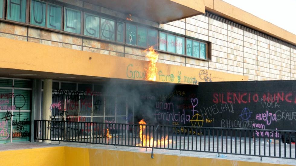 Grupos conservadores quieren generar conflicto en la UNAM, afirma AMLO - Un grupo de encapuchados se manifestó frente al edificio de Rectoría de Ciudad Universitaria. Foto de Notimex