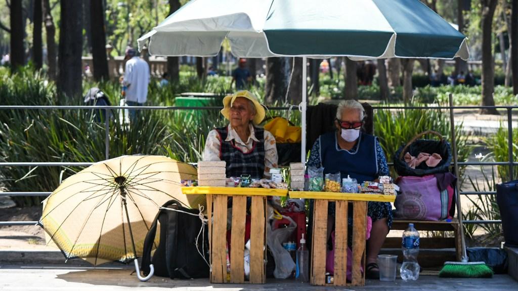 AMLO revisa con su gabinete programas prioritarios ante COVID-19 - Adultos mayores siguen saliendo a la calle a vender dulces, pese a contingencia por COVID-19. Foto de Notimex