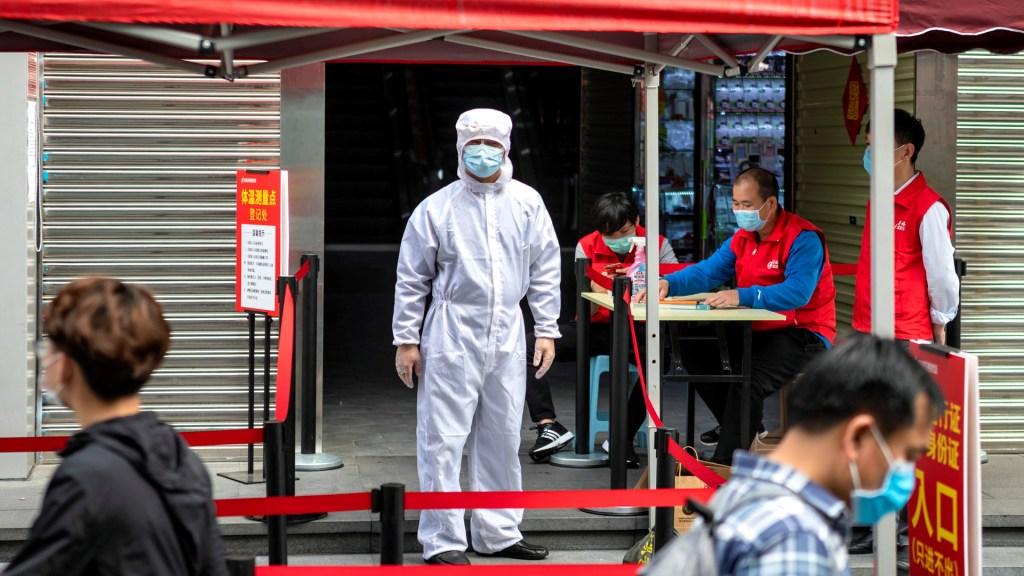 Beneficios industriales en China caen 38.3 % internanual desde enero - Agente sanitario en China contra el coronavirus. Foto de EFE