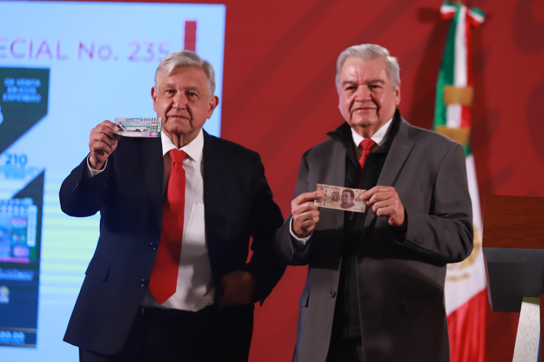 López Obrador y Ernesto Prieto Ortega, director general de Lotería Nacional para la Asistencia Pública. Foto de Notimex-Gustavo Durán.