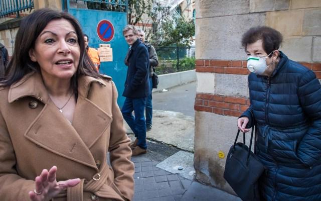 Estimaciones de comicios en Francia revalidan a Anne Hidalgo en alcaldía de París - La actual alcaldesa de París, Anne Hidalgo, en el colegio electoral en el que depositó su voto para las elecciones municipales, este domingo en París. Foto de EFE