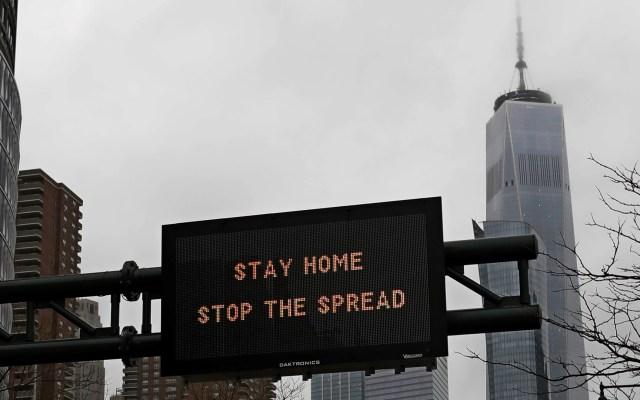 Nueva York recortará gastos en departamentos no relacionados a COVID-19 - Anuncio en Nueva York que pide a la población quedarse en casa para evitar la propagación del COVID-19. Foto de EFE