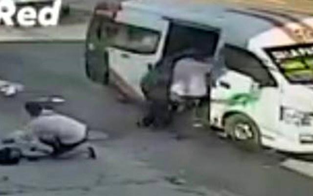 #Video Pasajeros se arrojan de combi en movimiento para evitar ser asaltados - Una mujer y dos hombres salieron proyectados de la combi en movimiento contra el pavimento, y tras el impacto la pasajera quedó inconsciente