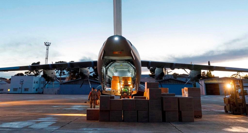 España envía avión militar a China para recoger miles de test para COVID-19 - El avión A400M despegó la mañana de este sábado, tiempo de Europa, de la base militar en Zaragoza y con destino a Shanghái