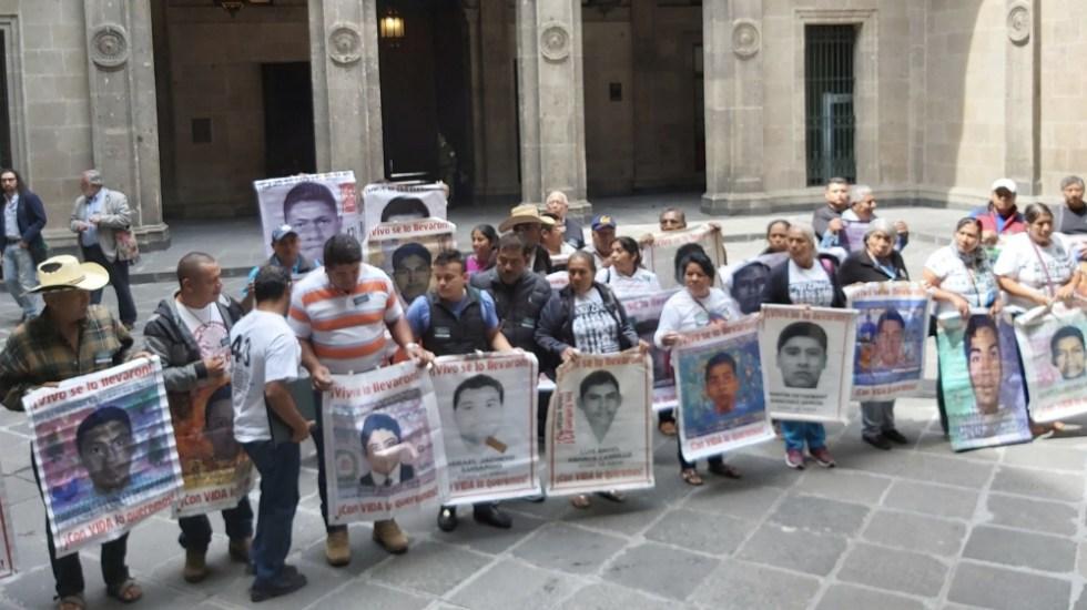 Se reúnen padres de los normalistas de Ayotzinapa con AMLO - Foto de @EduardomteleSUR
