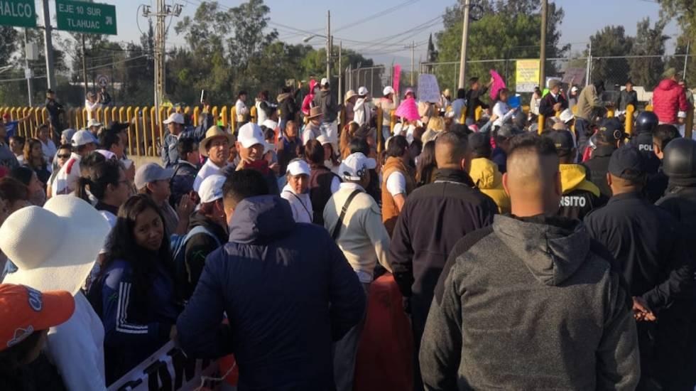 Intento de liberar la México-Puebla provoca riña entre policías y manifestantes - Bloqueo en la autopista México-Puebla. Foto de @ciemergencias